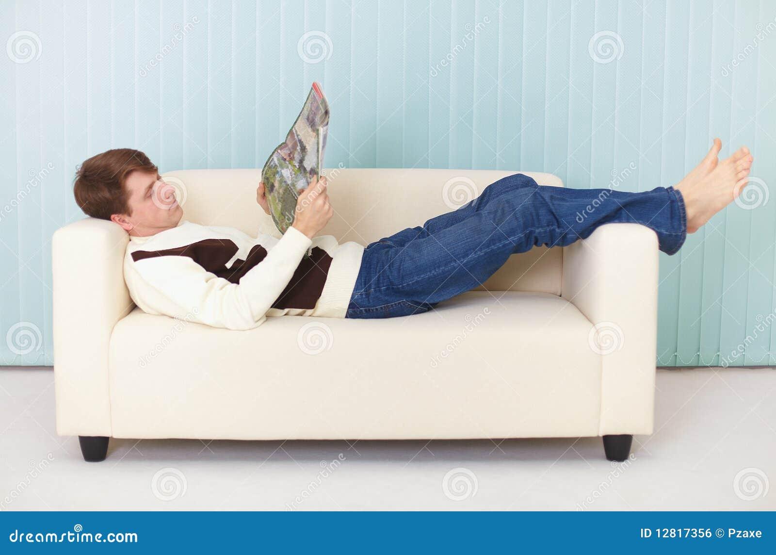 Фото мужик лежит на диване 16 фотография