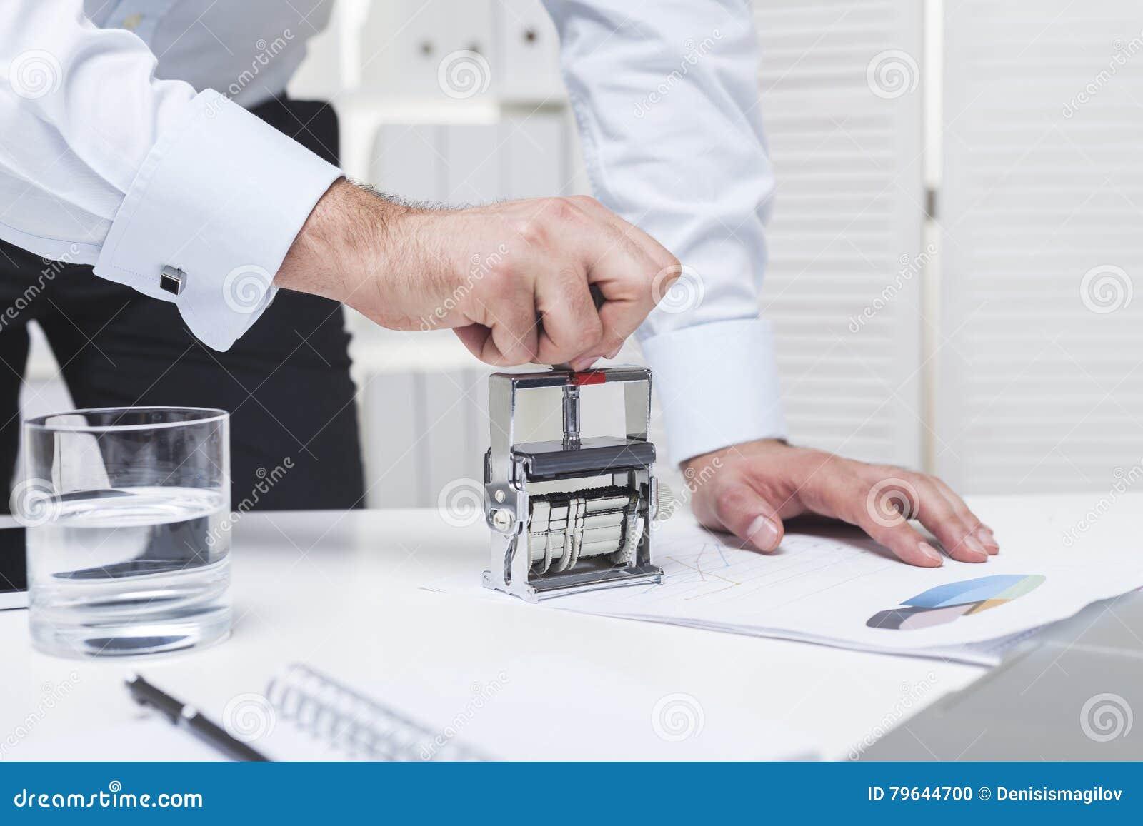 Man& x27 ; mains de s utilisant un timbre