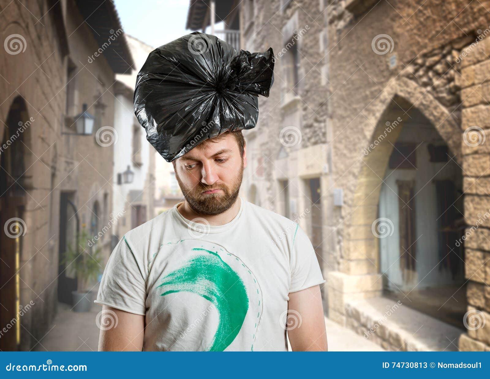 Man med avfallpacken på hans huvud
