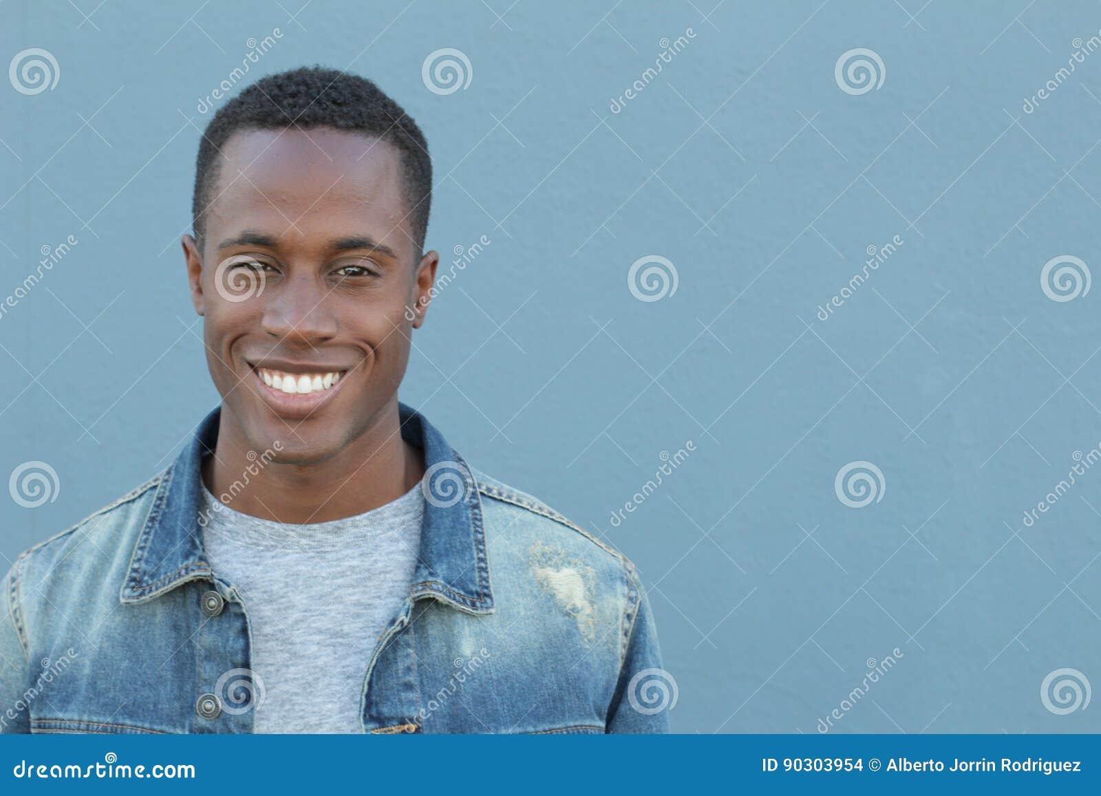 Man med ett perfekt vitt leende