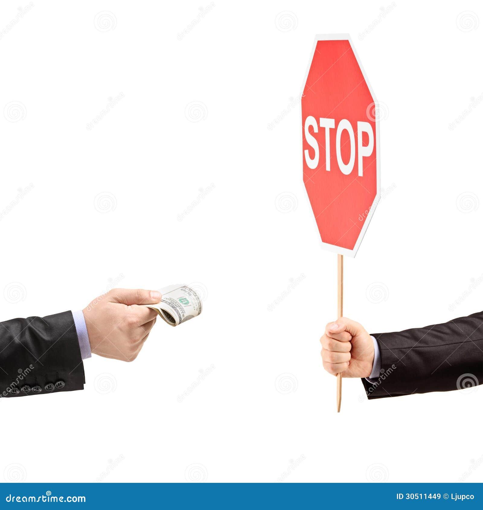 Man med ett stopptecken som säger inte till bestickning