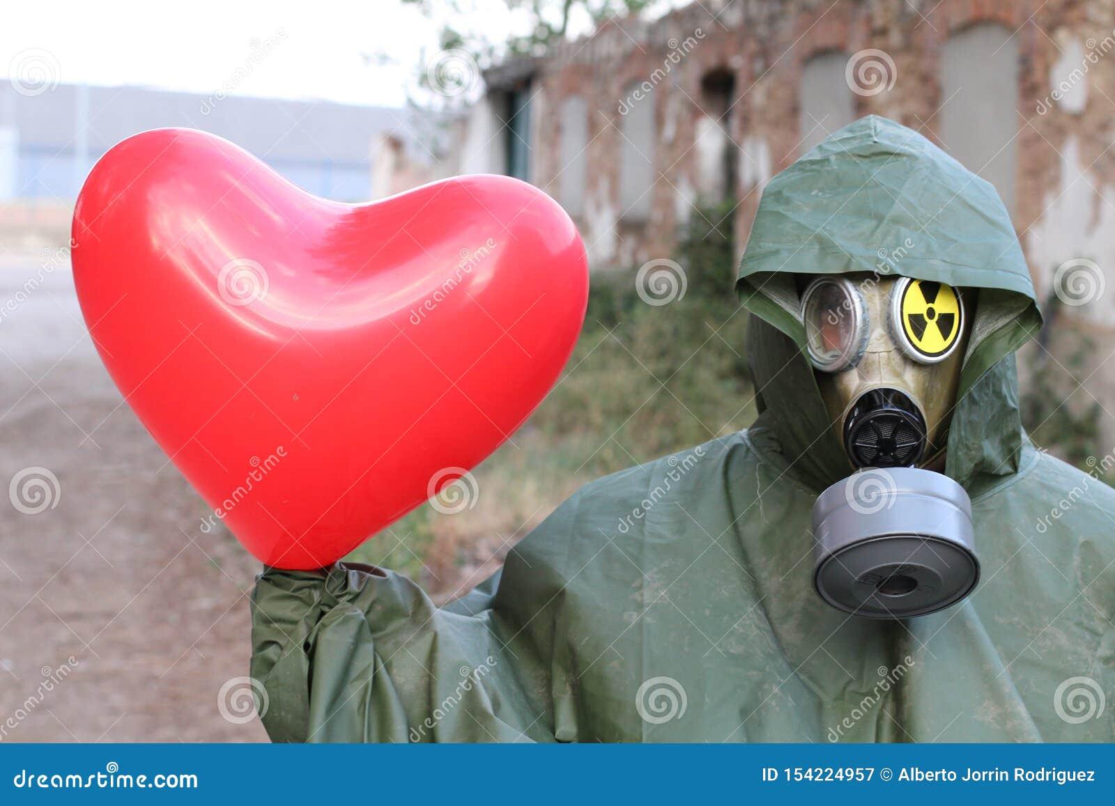 Man med föroreningmaskeringen som rymmer en hjärta