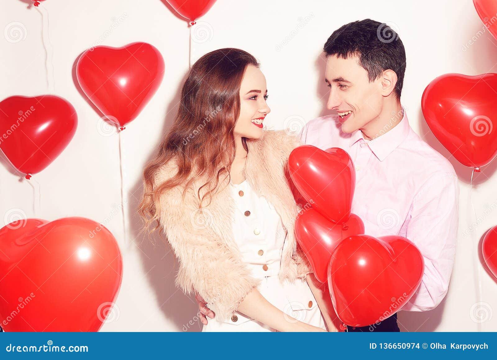 Man med hans älskvärda älsklingflickakyss på väns valentindagen Valentine Couple Koppla ihop kyssen och kramen Förälskelse