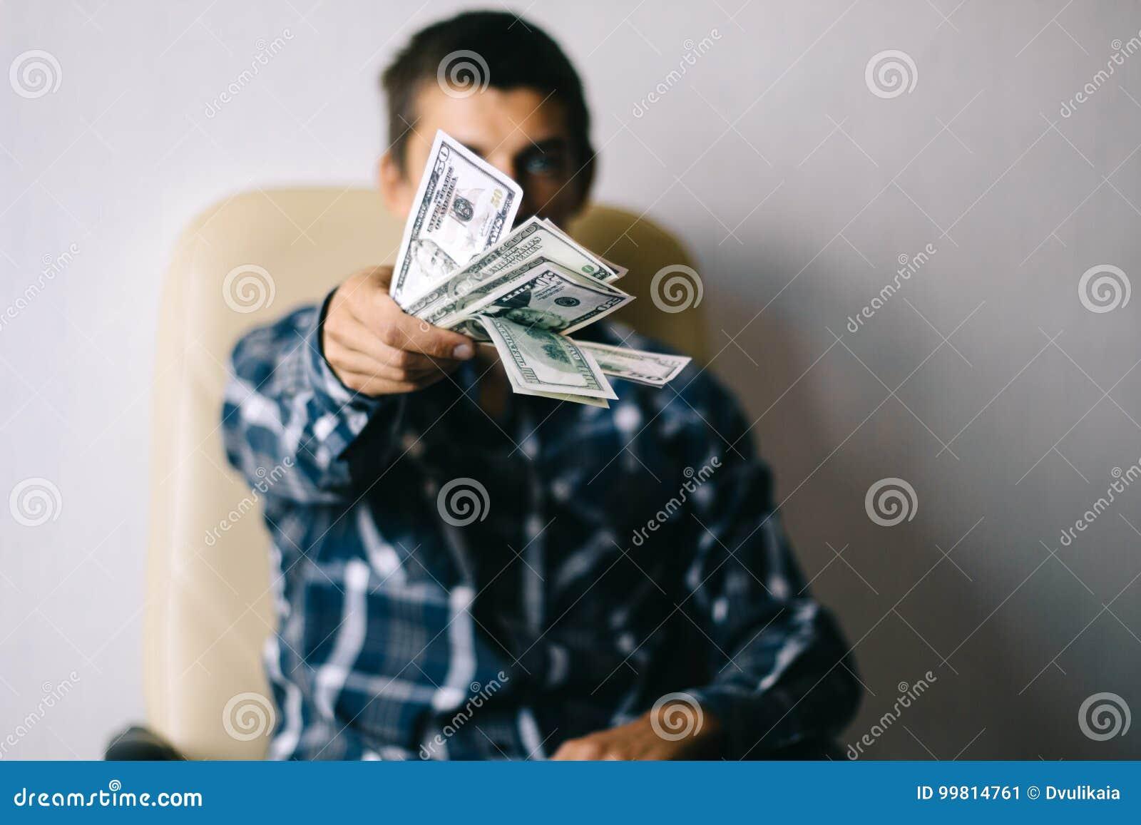 Man med pengar