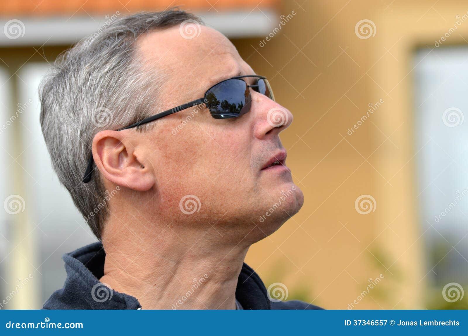 Man med solglasögon