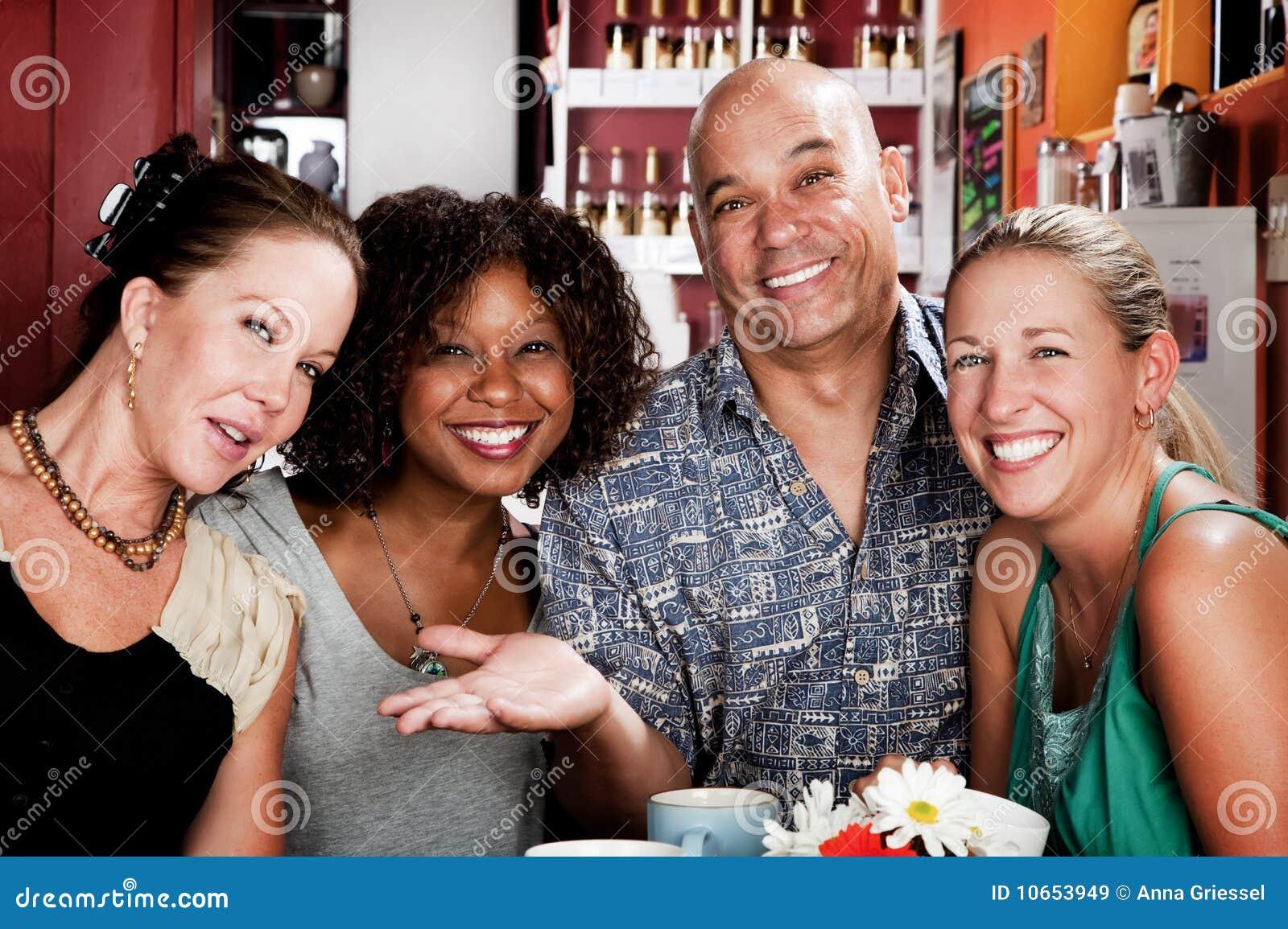 Man Met Drie Mooie Vrouwen In Koffiehuis Stock Afbeelding