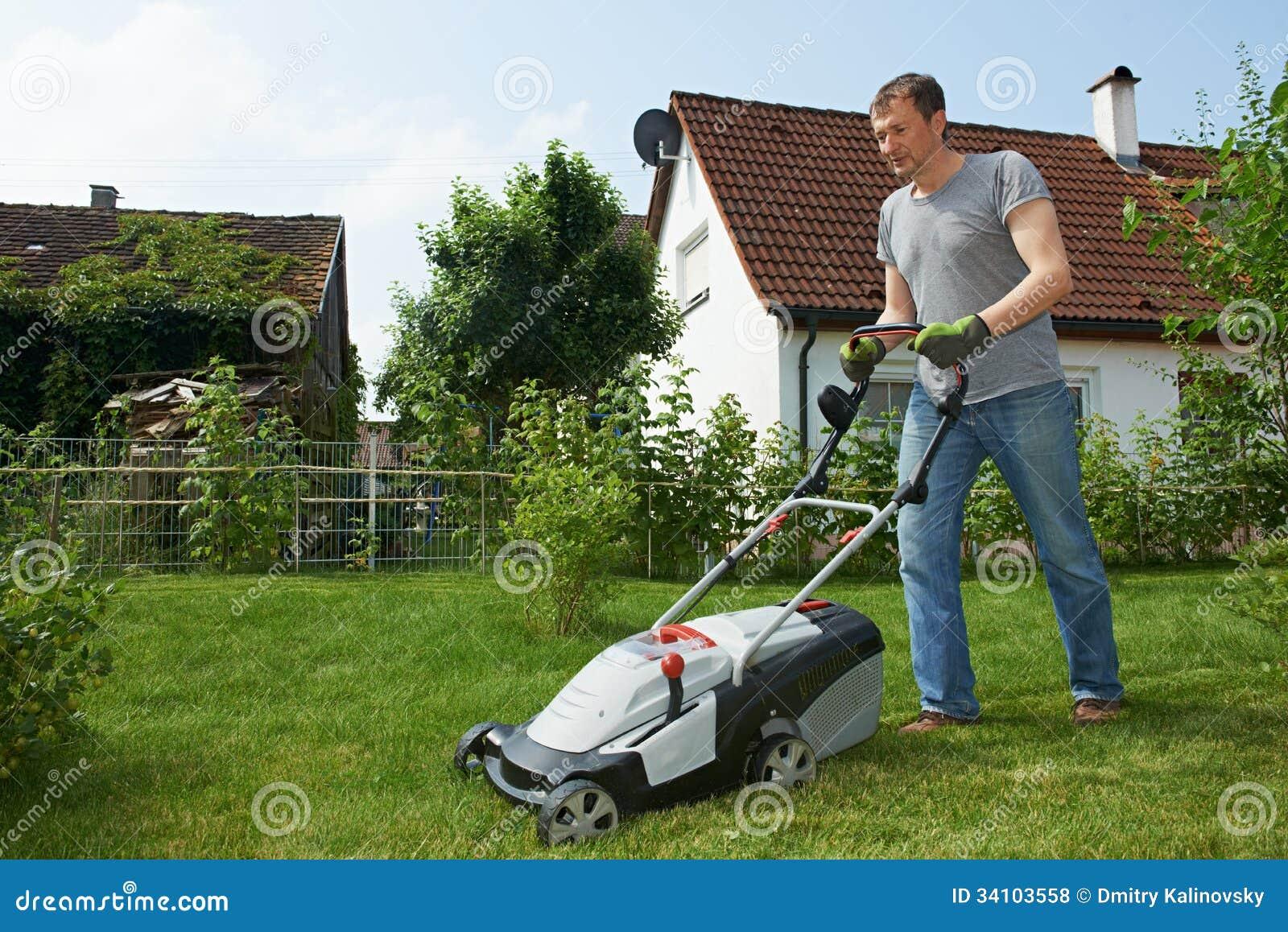 С садовником на лужайке 4 фотография