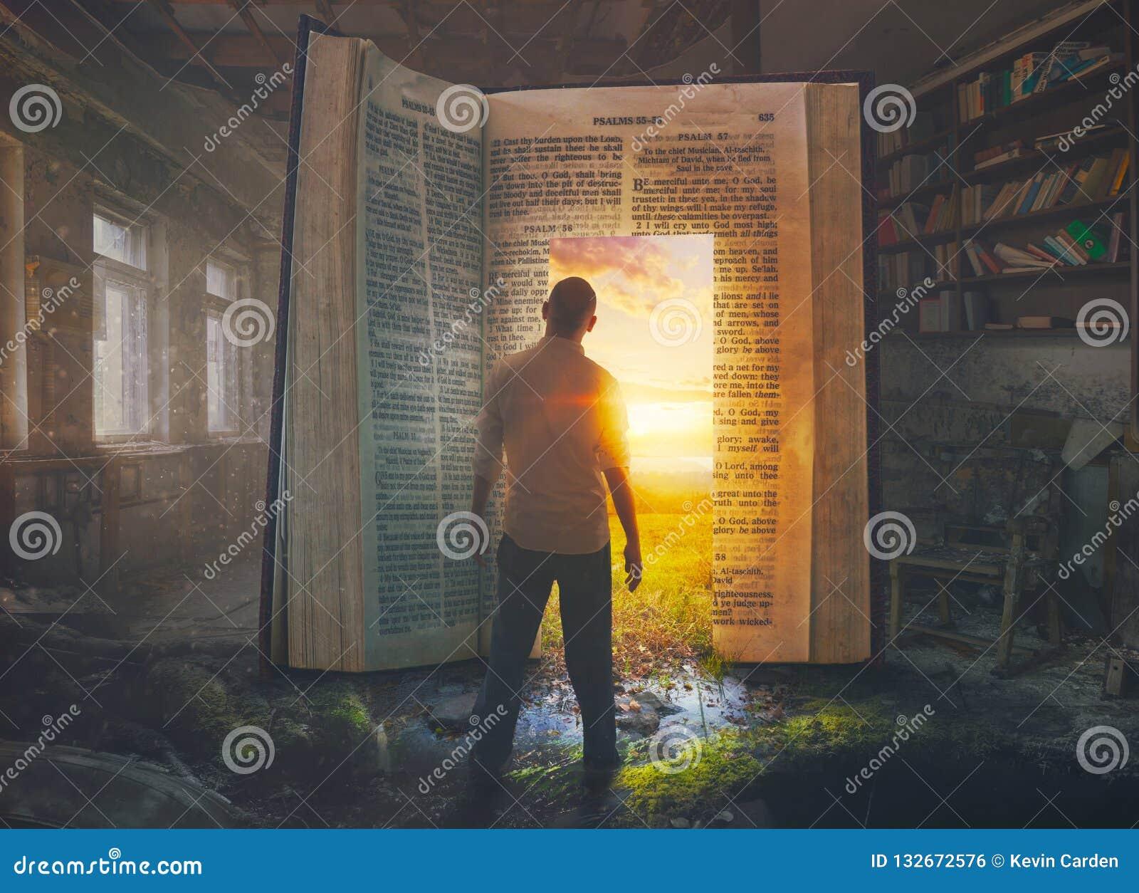 Man och öppen bibel