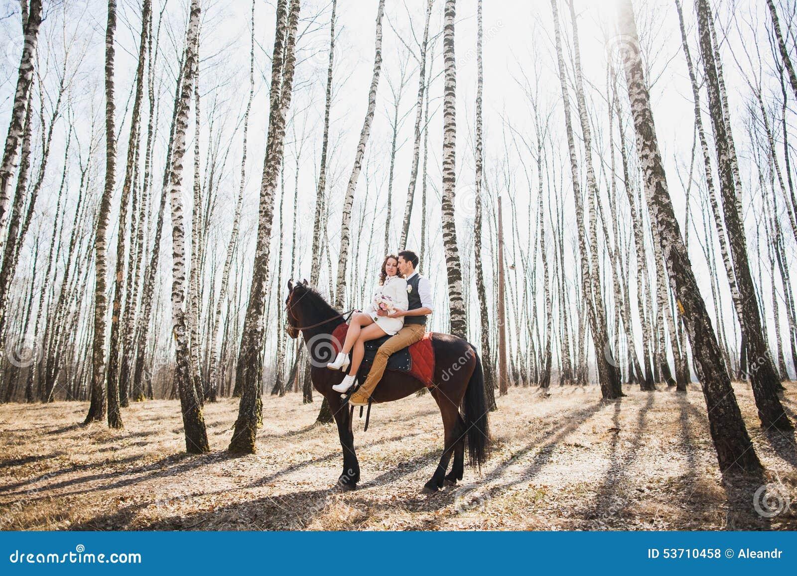 Kvinna rider man