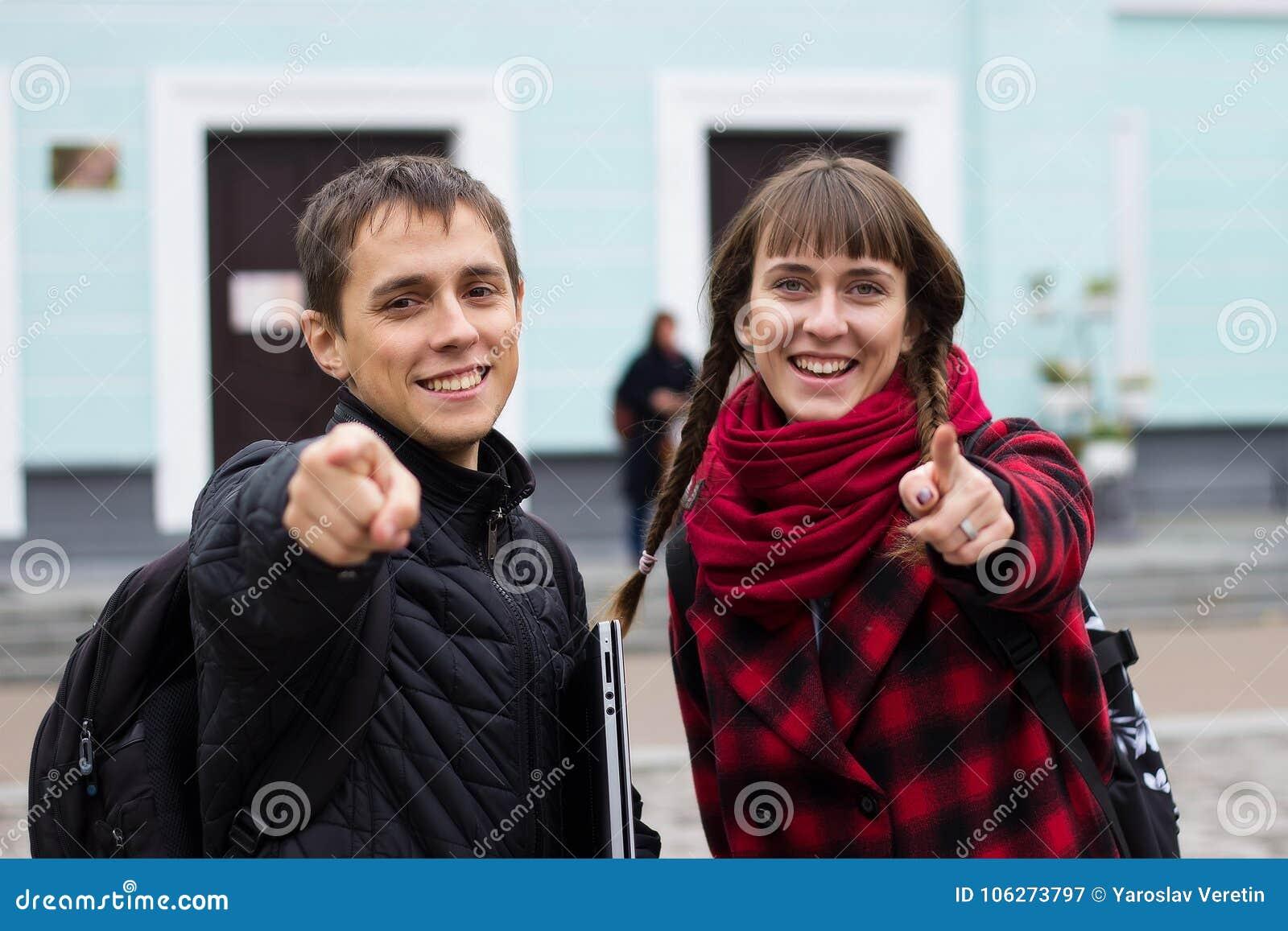 Man och flicka som pekar fingrar till dig