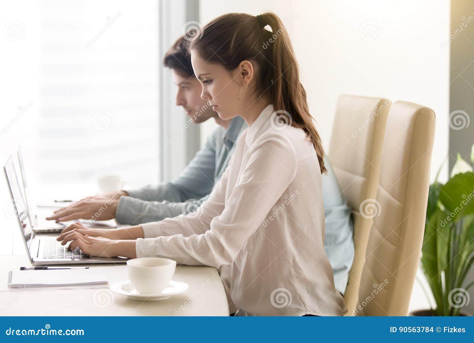 Man och kvinna som använder bärbara datorer som coworking Arbeta på kontoret, meeti