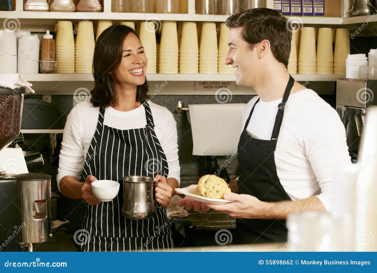 Man och kvinna som arbetar i coffee shop