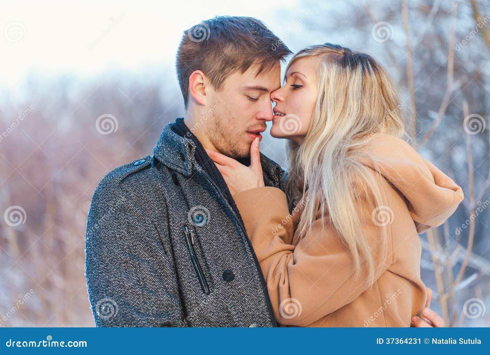 Man och kvinna som går i parkera