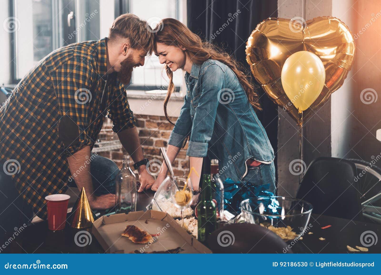 Man och kvinna som gör ren smutsigt rum