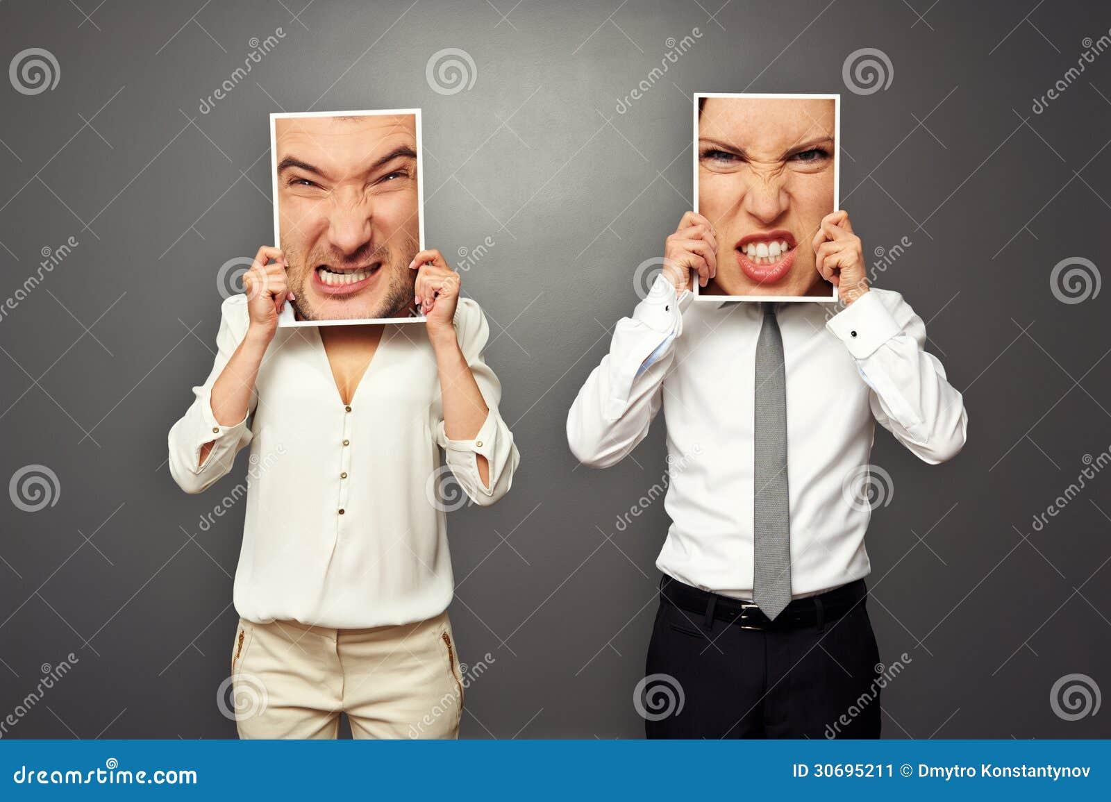 Man och kvinna utbytta ilskna framsidor
