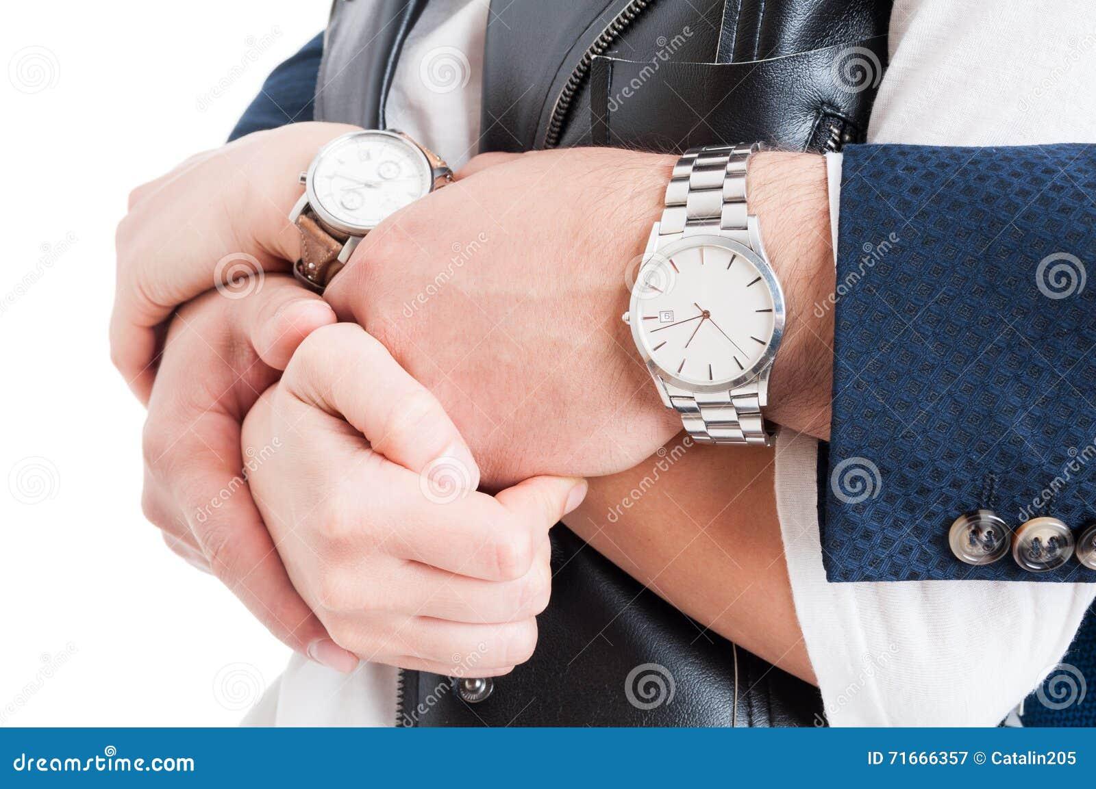Man- och kvinnawrtists i närbild med dyr elegant watche