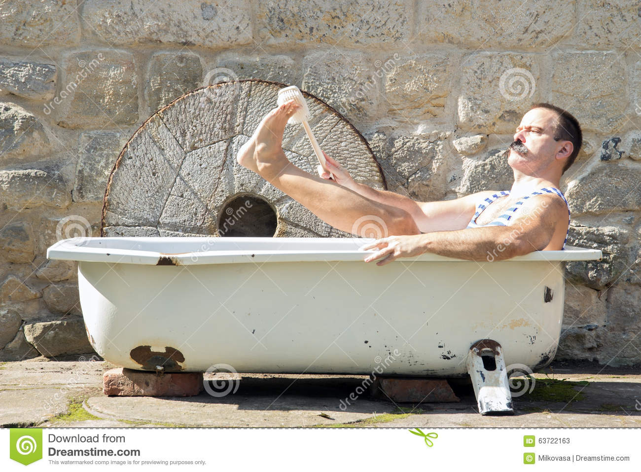 Man in the outdoor bathtub stock image image of body for Outdoor badewanne