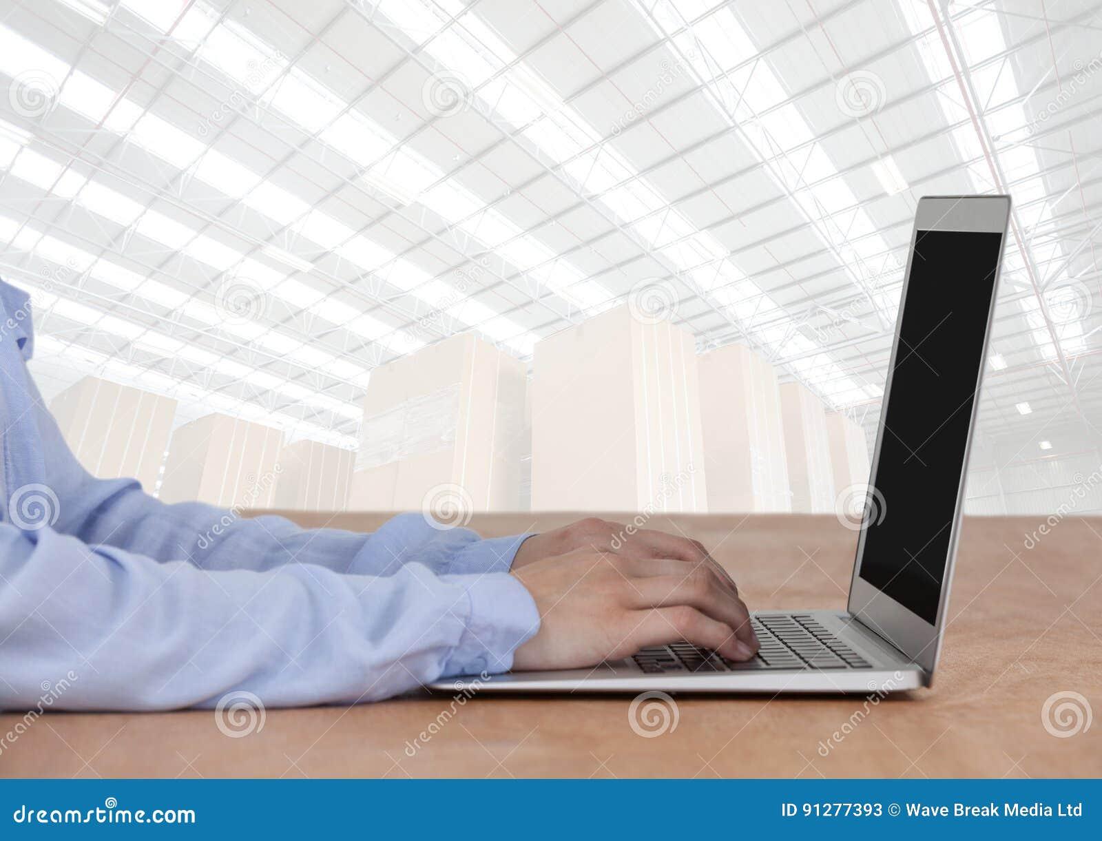 Man på bärbara datorn med ljus lagerbakgrund