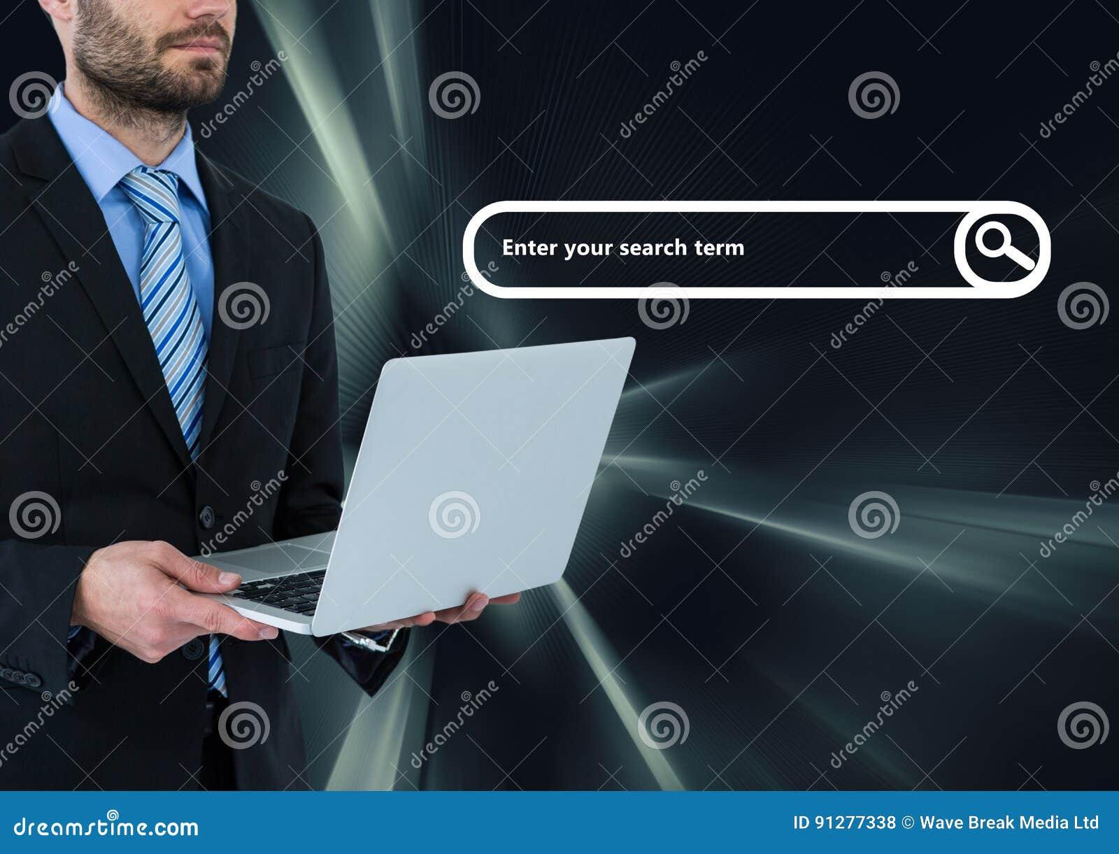 Man på bärbara datorn med sökandestången och mörk faktisk bakgrund