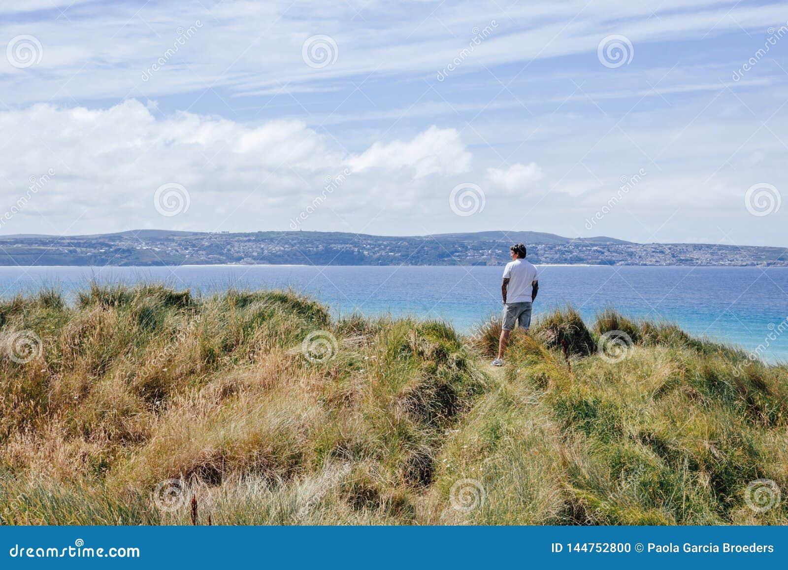 Man på den Gwithian stranden
