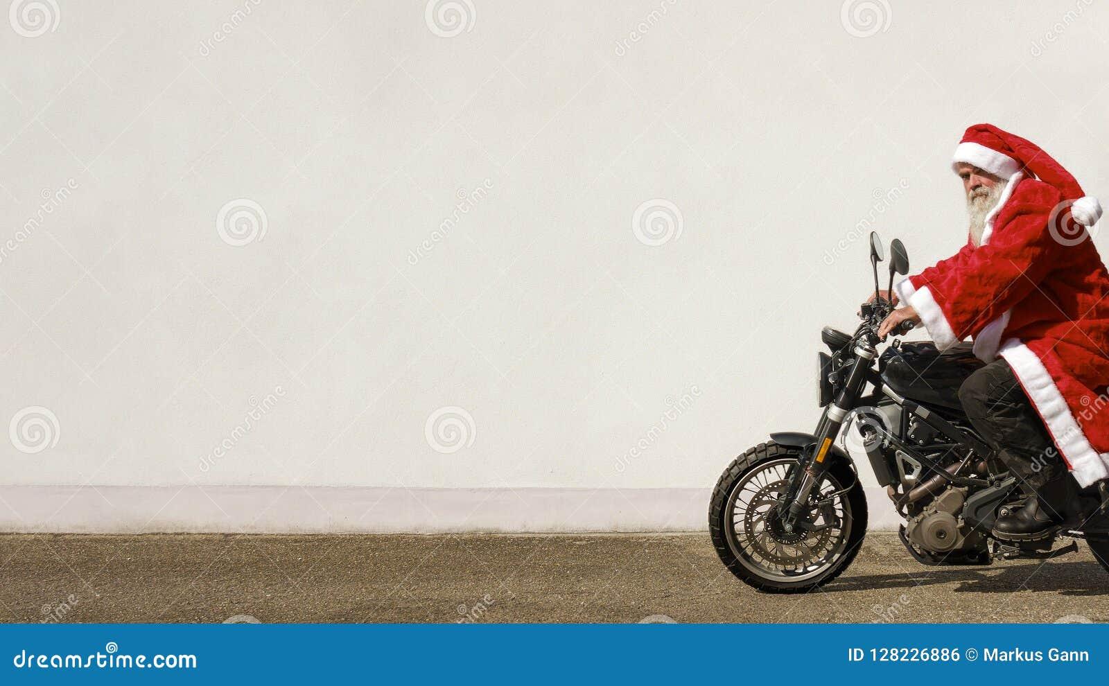 Man på en moped i en typisk Santa Claus dräkt