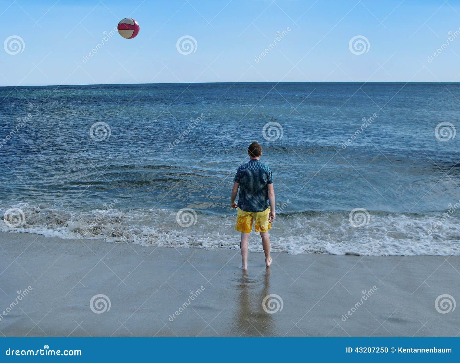 Download Man På Havkusten Med Strandbollen Arkivfoto - Bild av manlig, oigenkännligt: 43207250