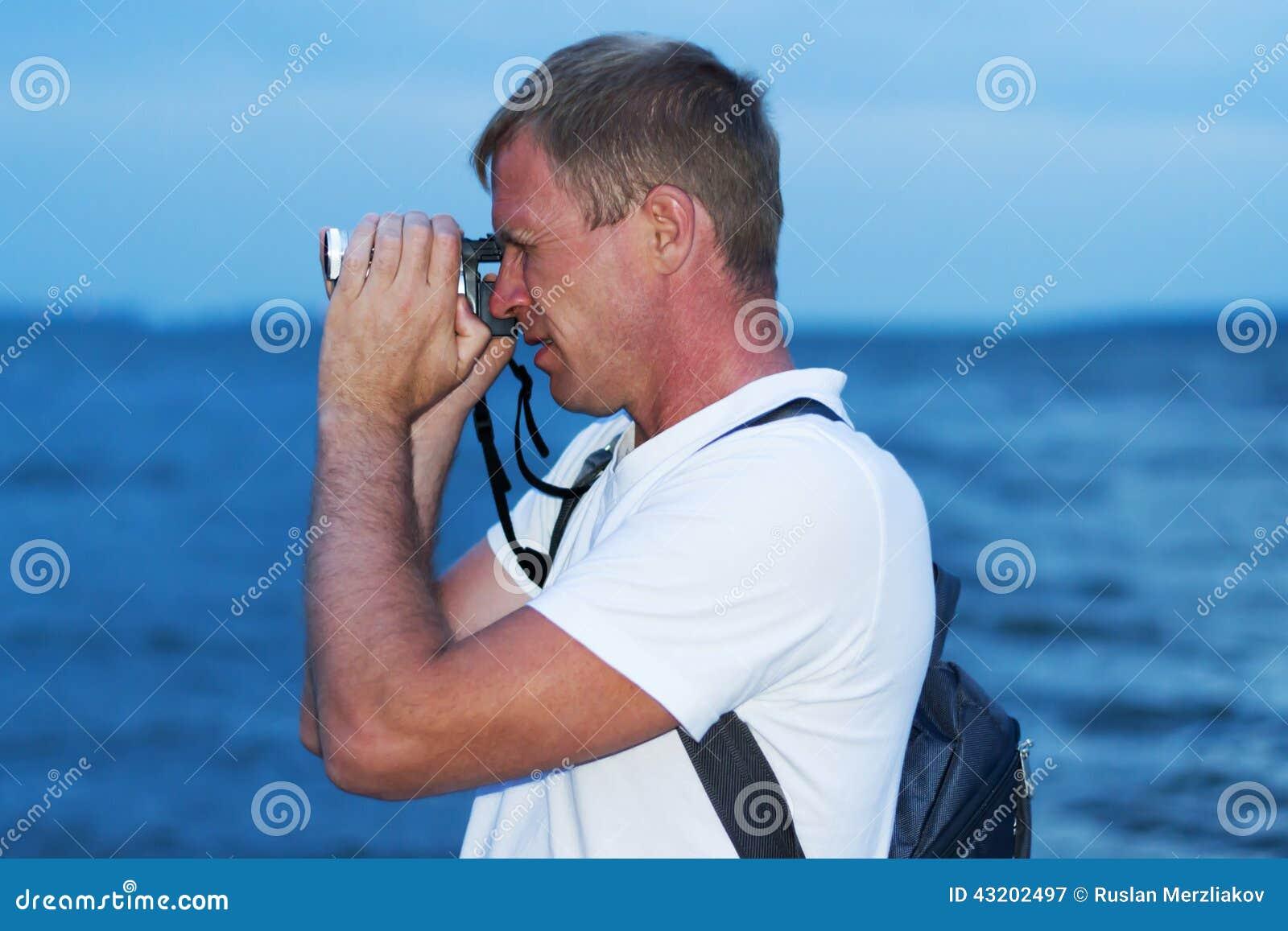 Download Man på kusten fotografering för bildbyråer. Bild av horisontal - 43202497