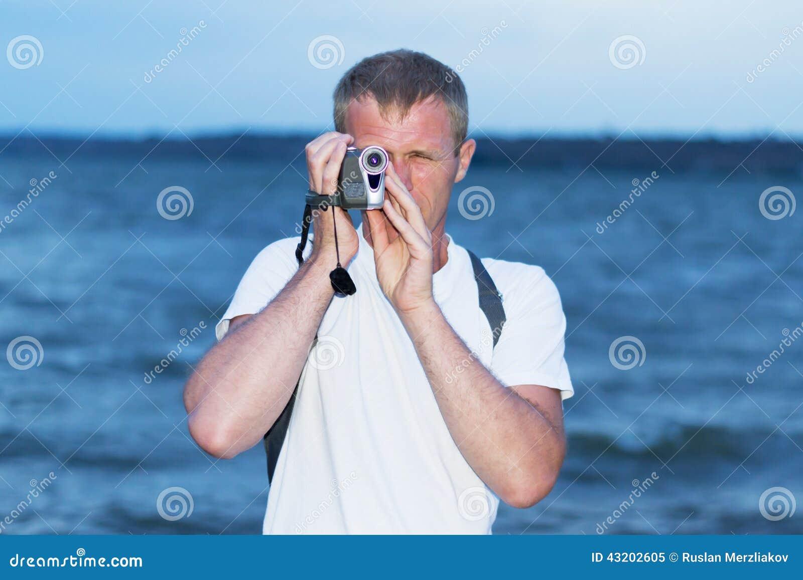Download Man på kusten fotografering för bildbyråer. Bild av solljus - 43202605