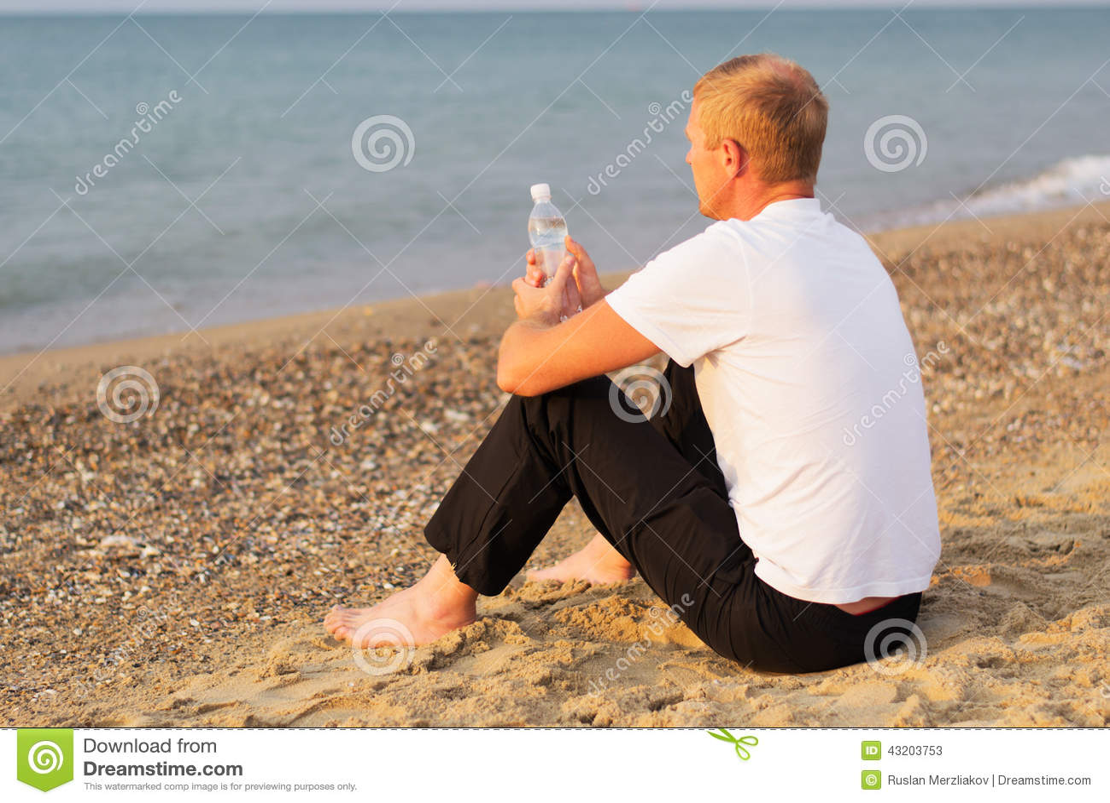 Download Man på kusten fotografering för bildbyråer. Bild av solnedgång - 43203753