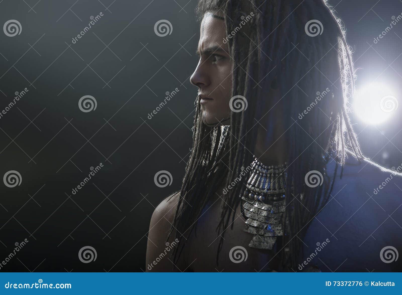 Man portrait s young Μοντέρνος όμορφος προκλητικός τύπος με Dreadlocks