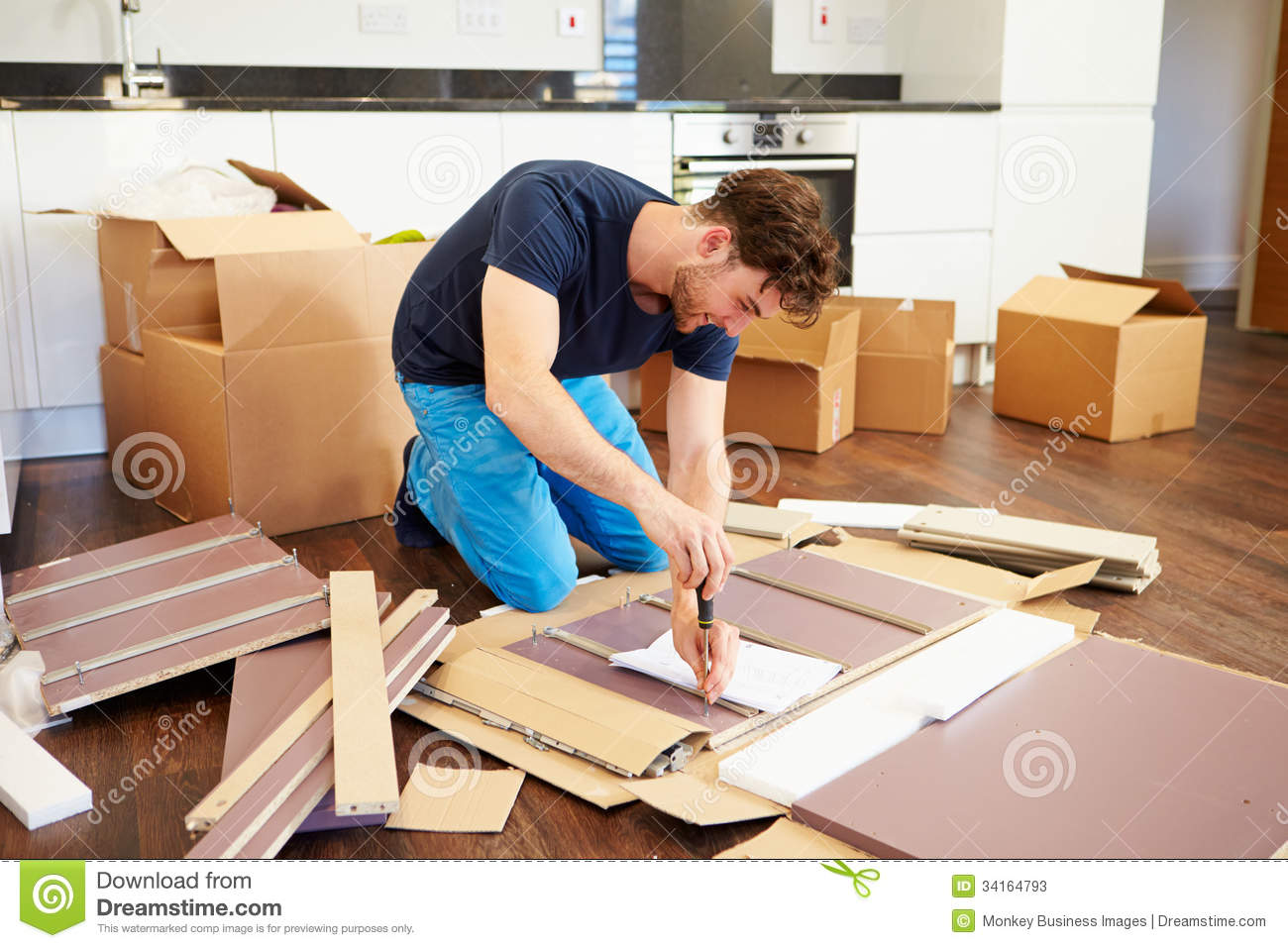 Man putting together self assembly furniture in new home - Montage meuble en kit ...
