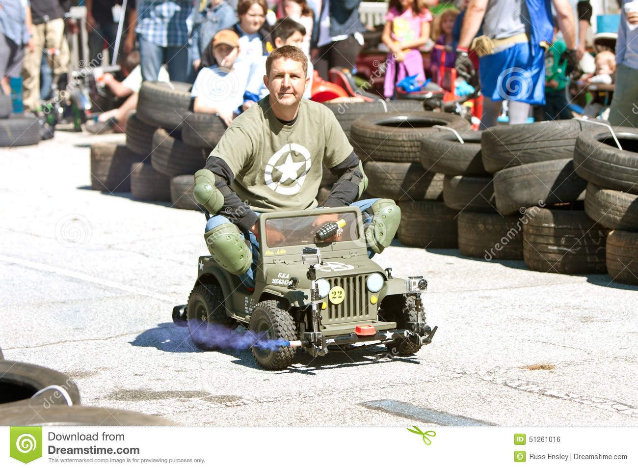 [Image: man-races-miniature-army-jeep-fair-decat...261016.jpg]