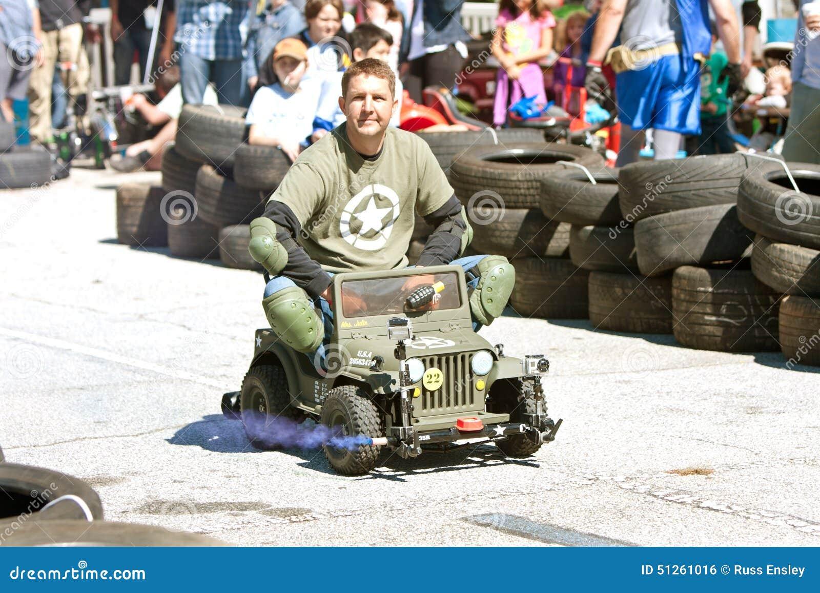 [Image: man-races-miniature-army-jeep-fair-decat...261016.jpg]