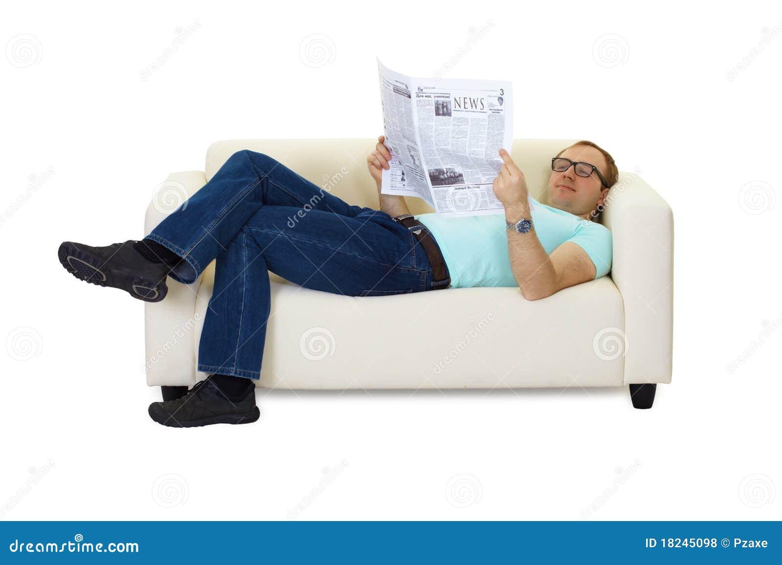 Фото мужик лежит на диване 3 фотография
