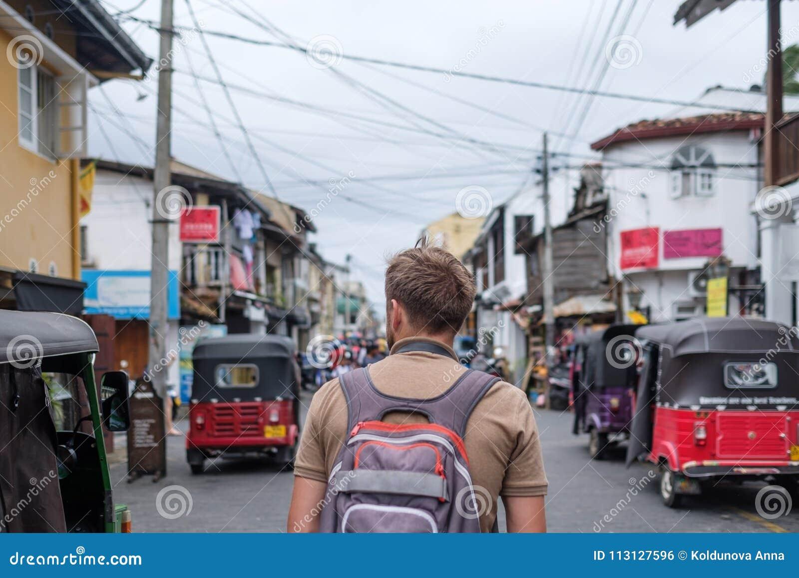 Man resanden som går med ryggsäcken på lilla staden Galle i Sri Lanka