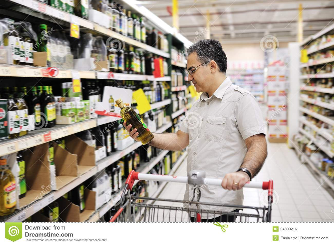 Man shopping and looking at food in supermarket royalty for Shopping cuisine