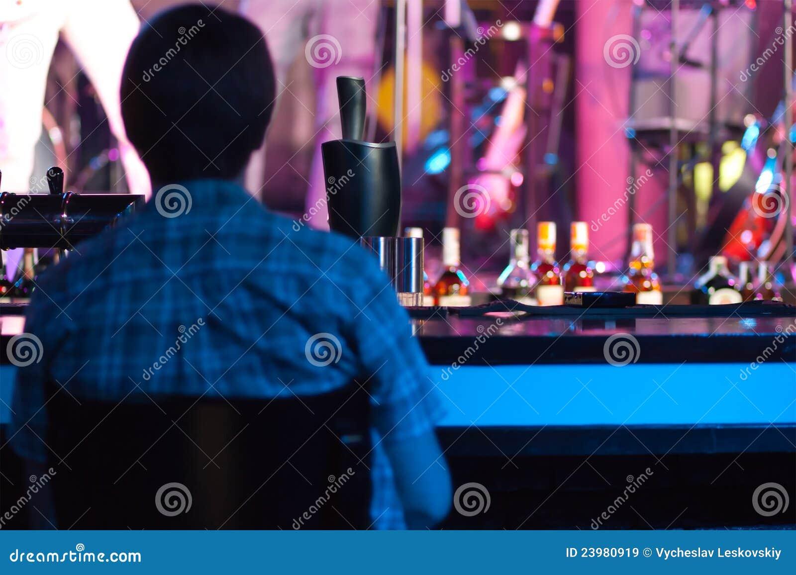 Фото парней у барной стойки 2 фотография