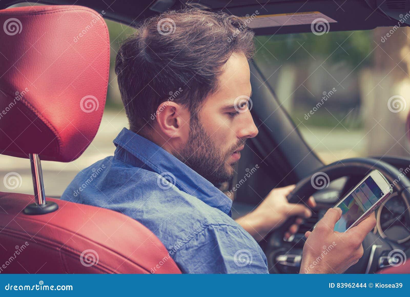 Man som använder mobiltelefonen som smsar, medan köra Våghalsig chaufför