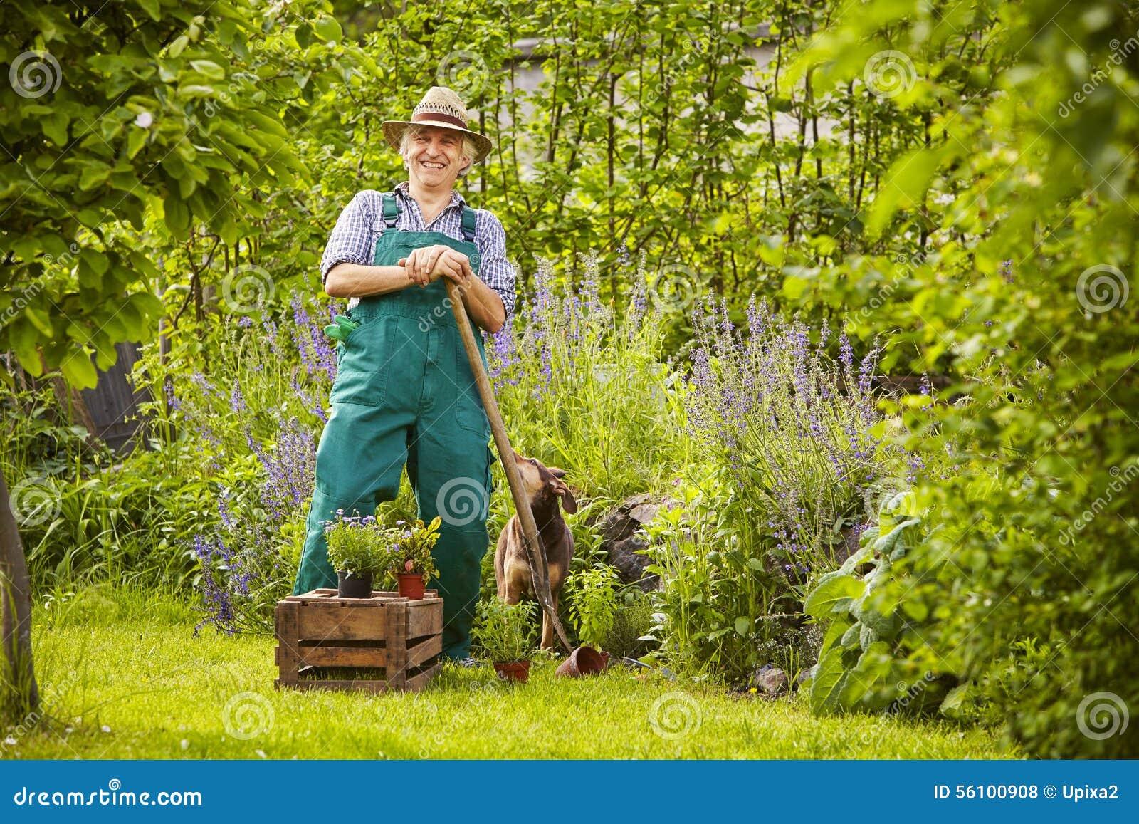 Man som arbeta i trädgården att skratta