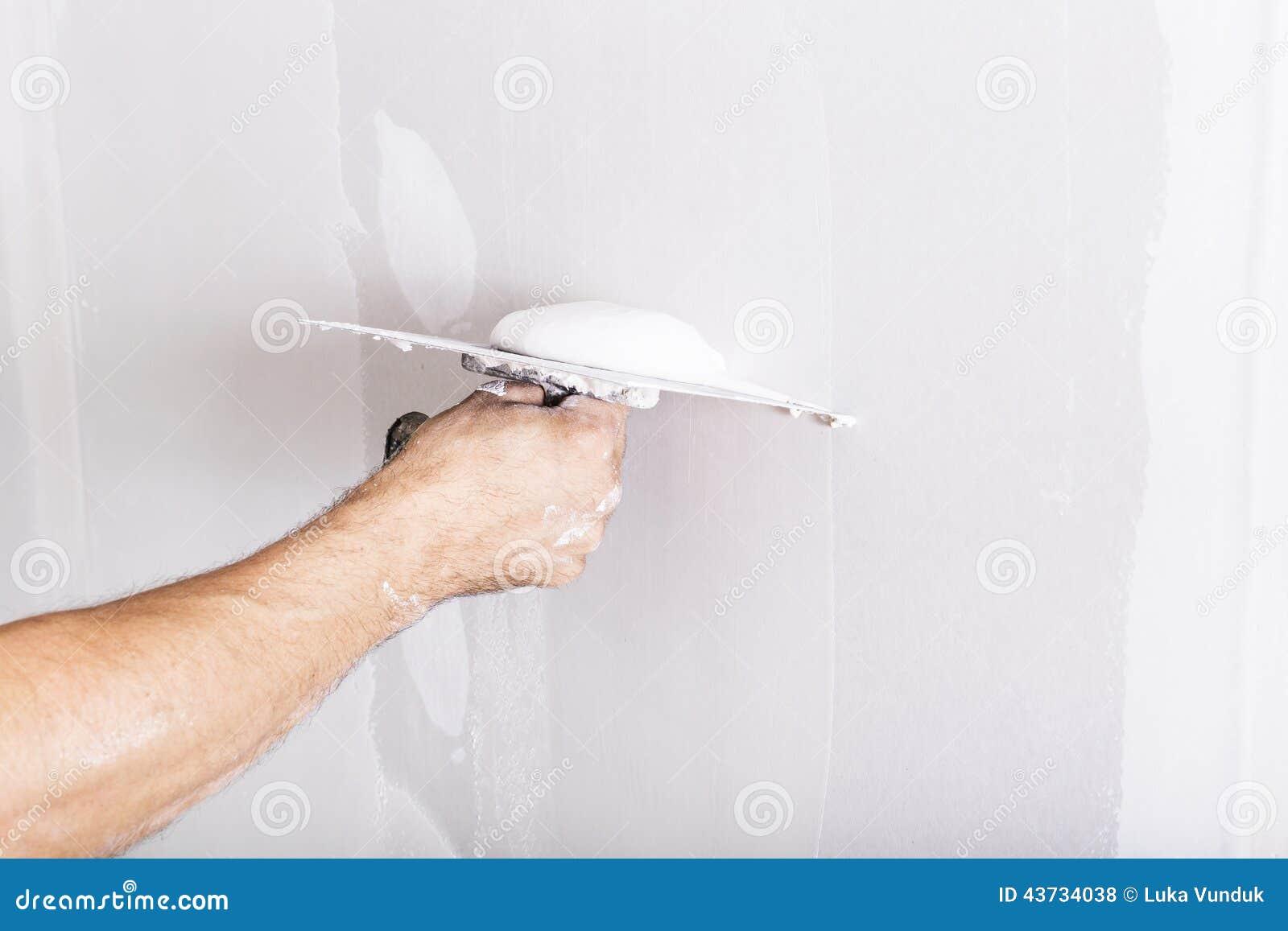 Man som arbetar med mursleven Renovera hemmiljön