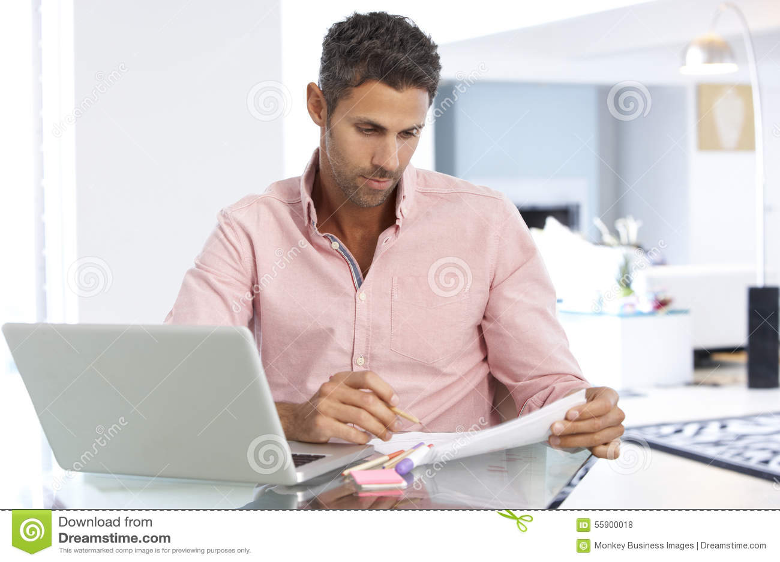 Man som arbetar på bärbara datorn i inrikesdepartementet