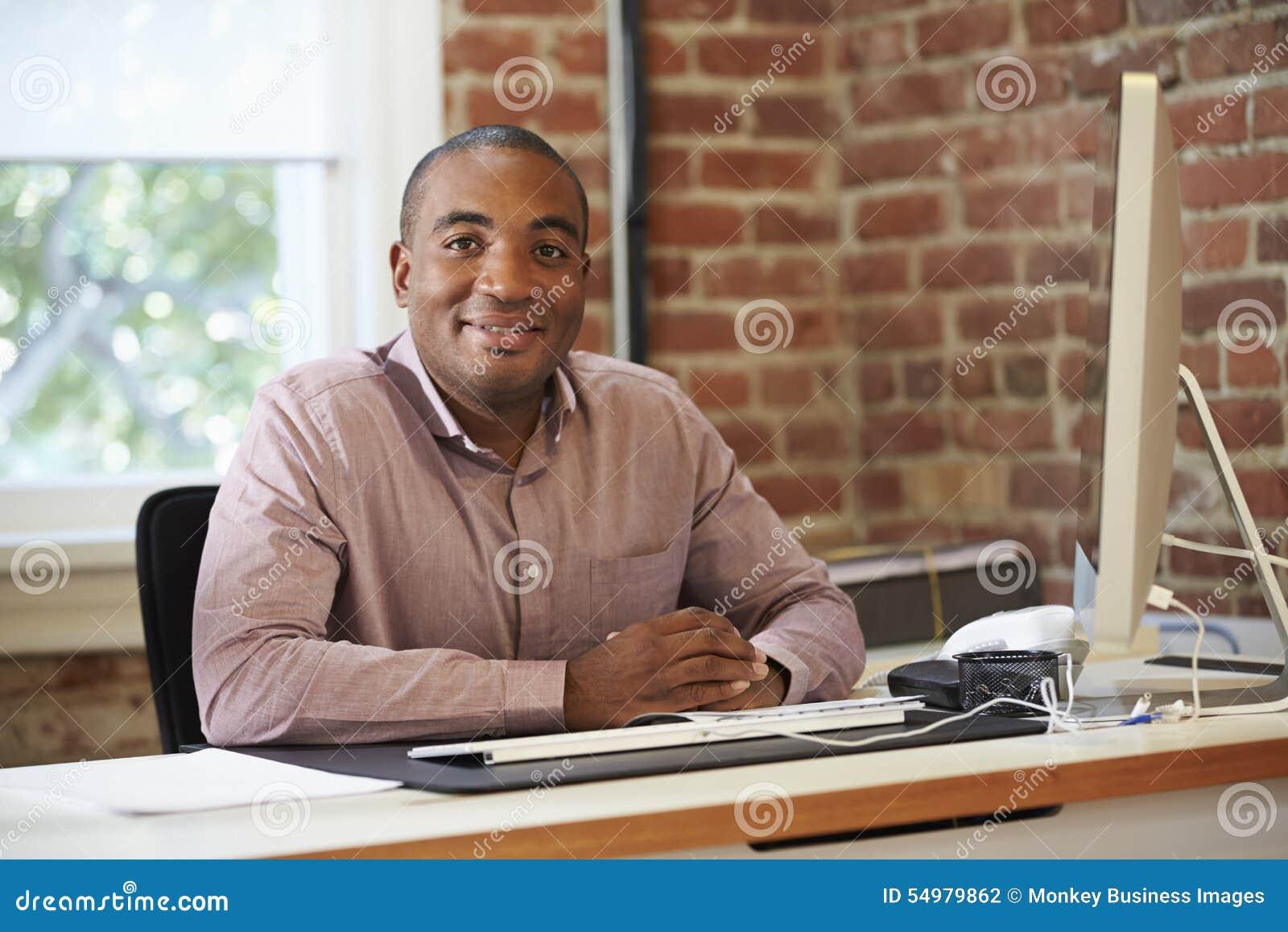 Man som arbetar på datoren i modernt kontor
