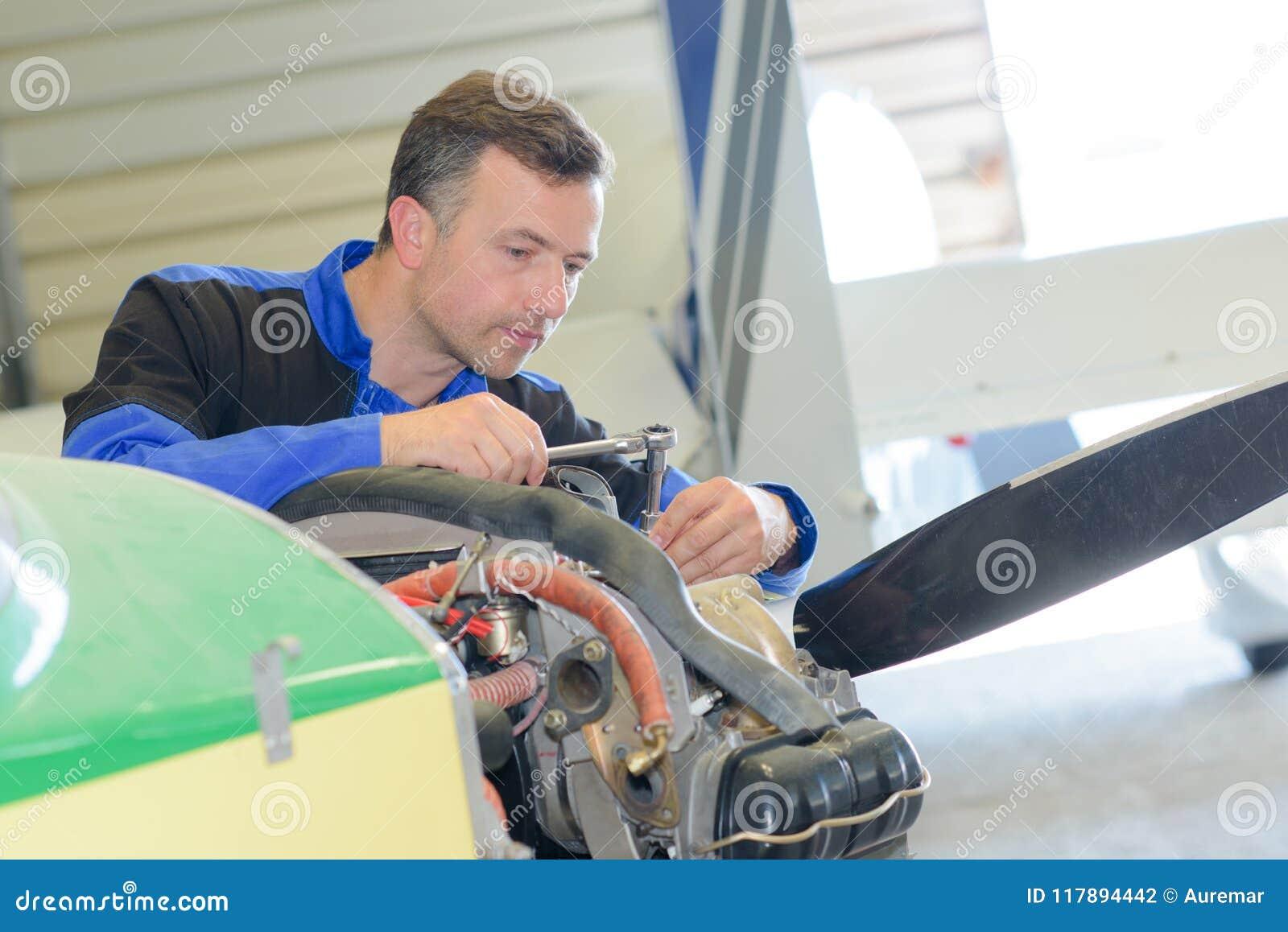 Man som arbetar på flygplan