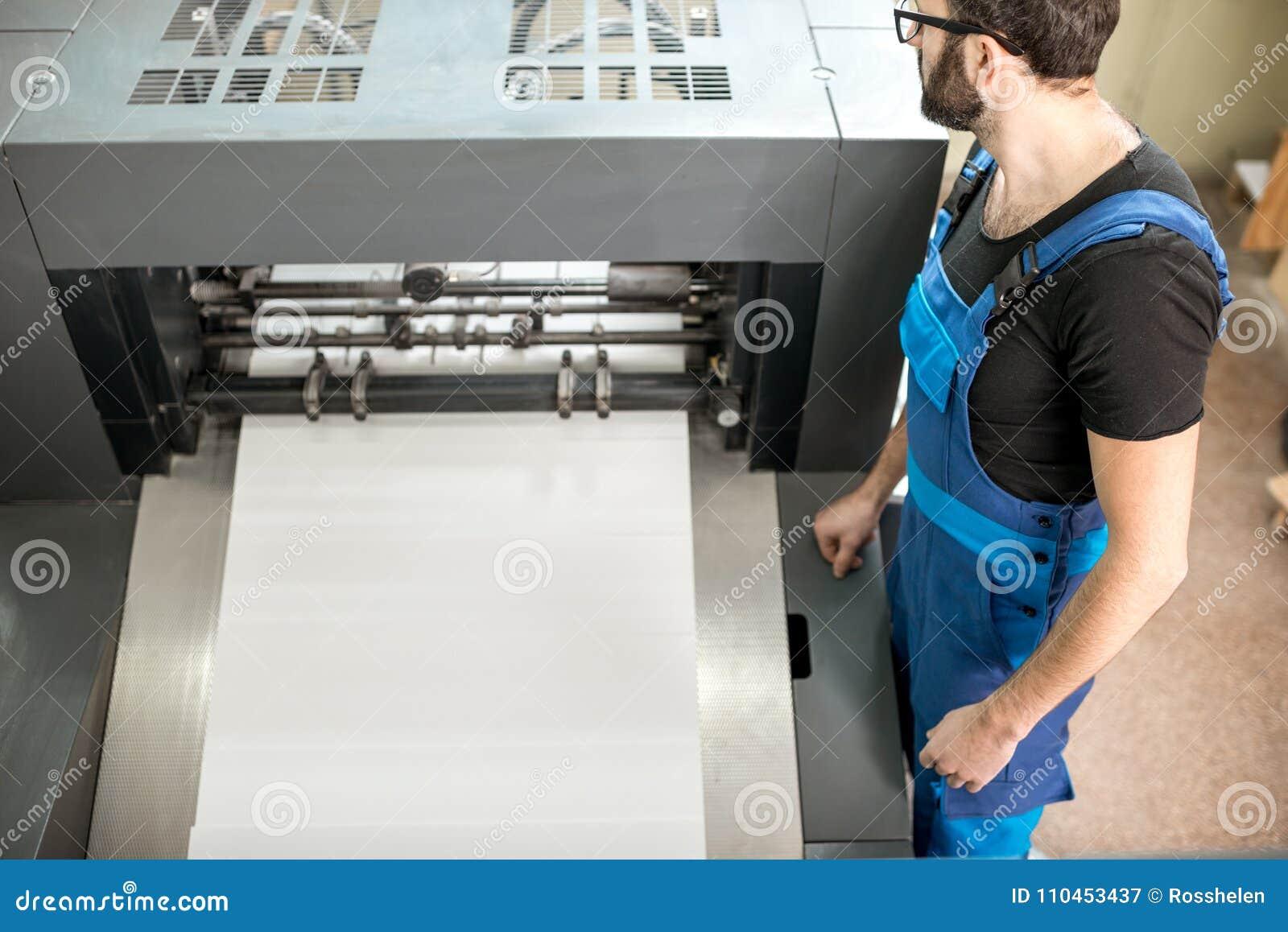 Man som arbetar på printingtillverkningen