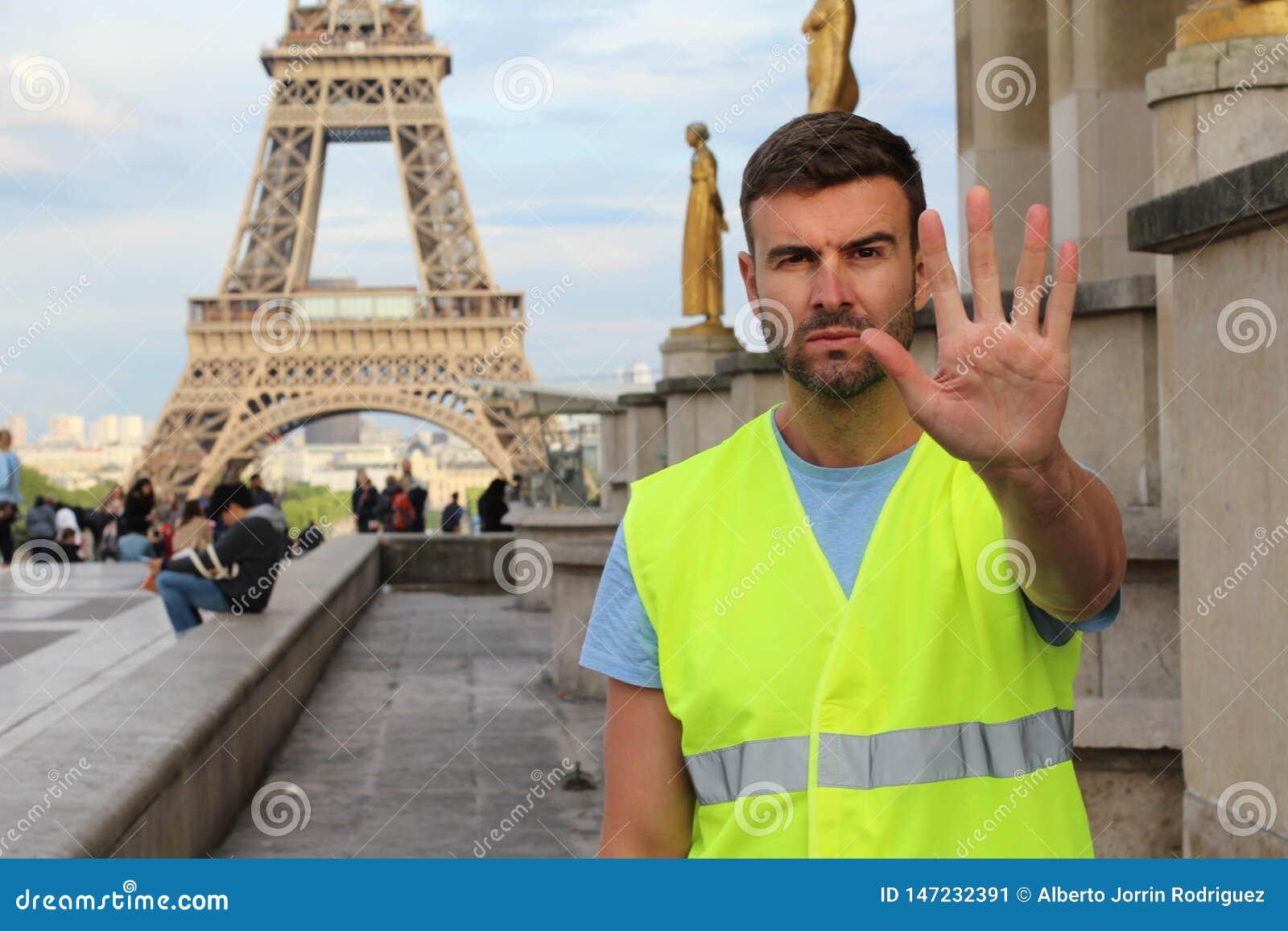 Man som b?r den gula v?sten som protesterar i Paris, Frankrike