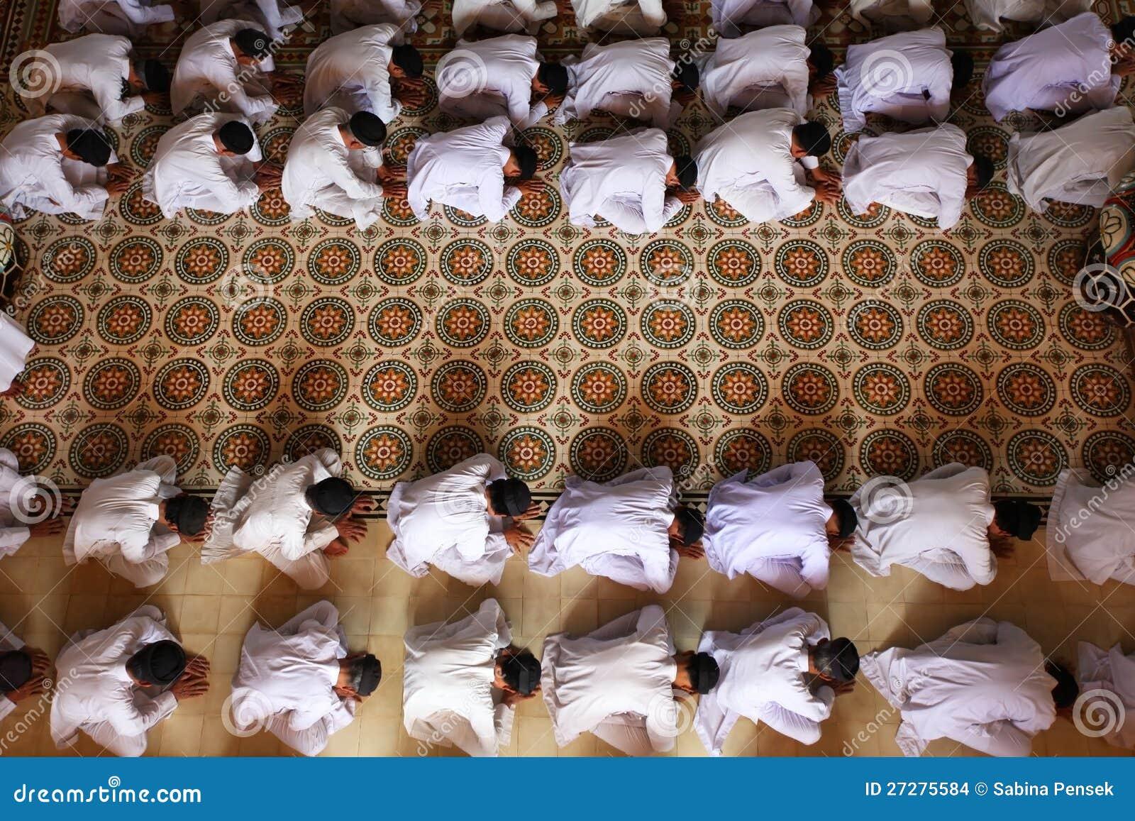 Man som ber och tillber på tempelet