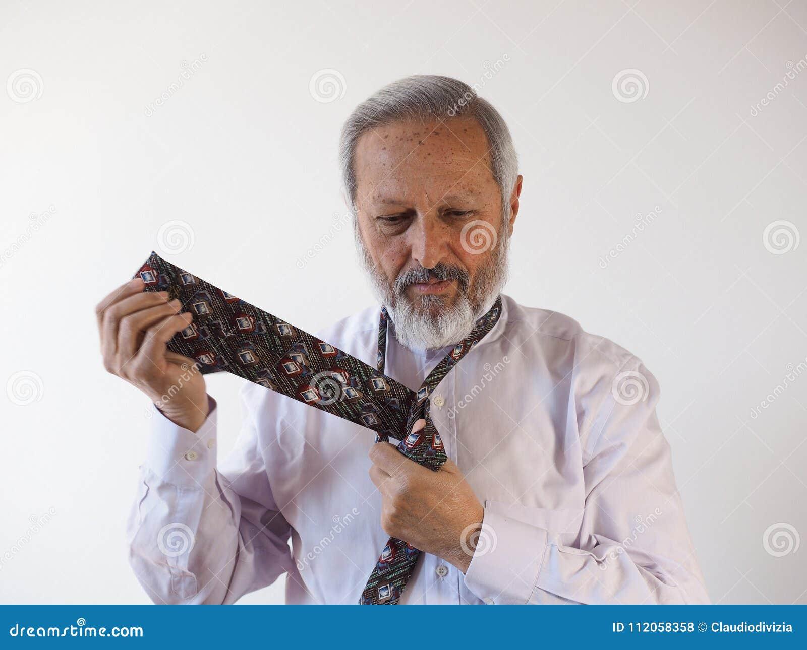 Man som binder en tie