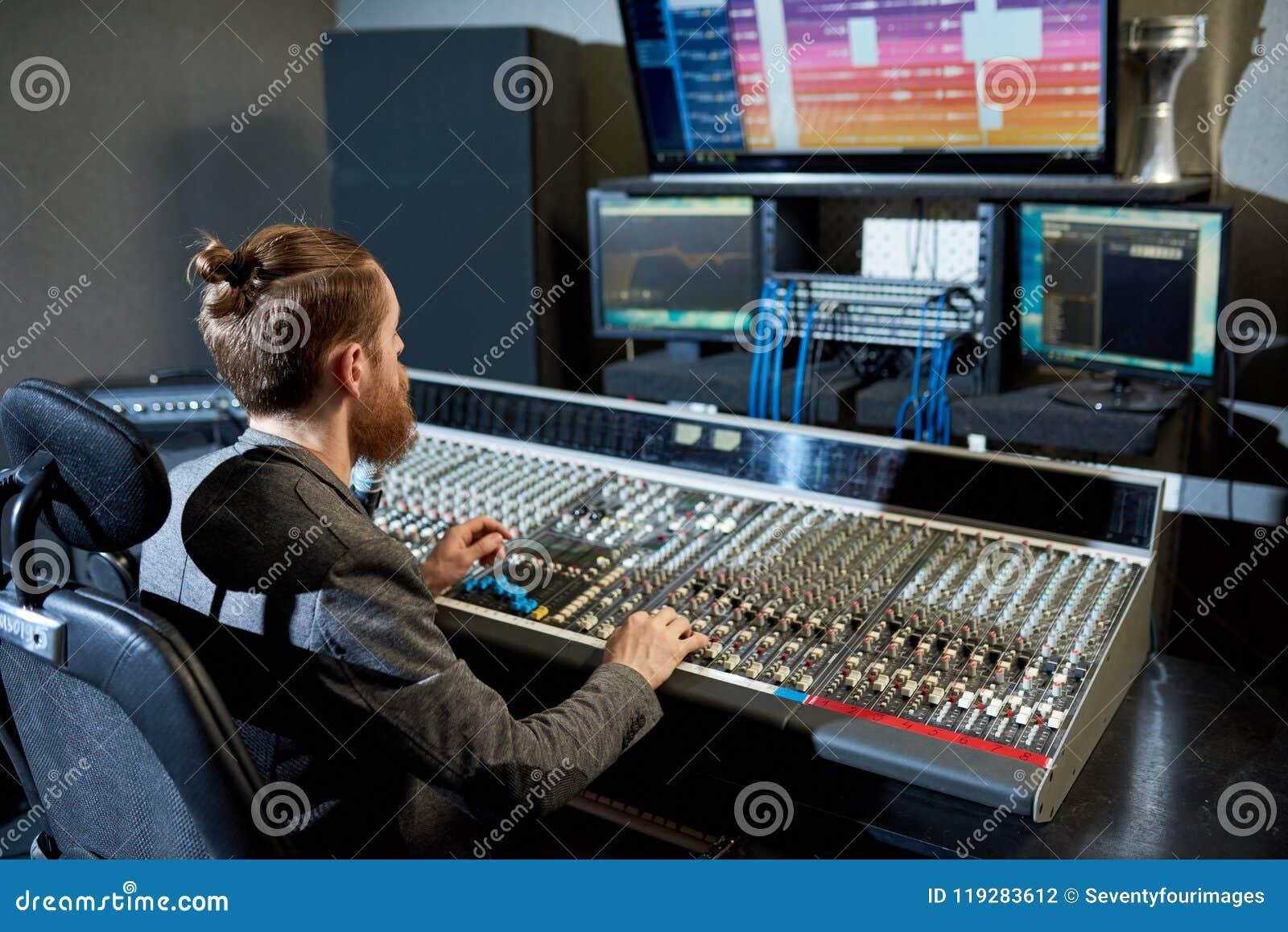 Man som blandar och skapar musik