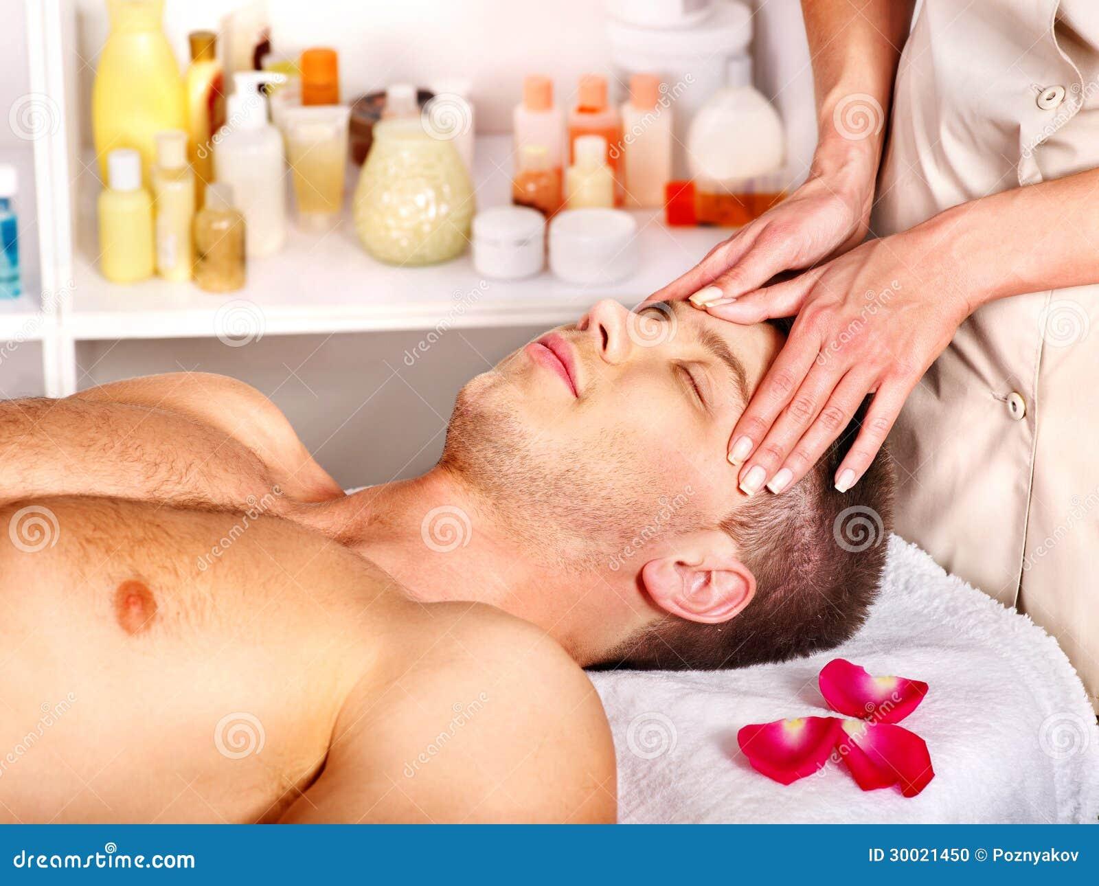 Man som får ansikts- massage.