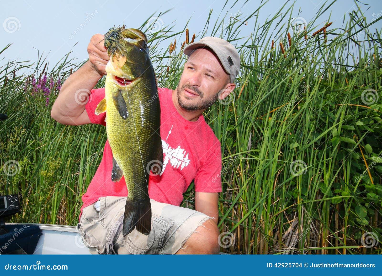 Man som fiskar den Largemouth basen